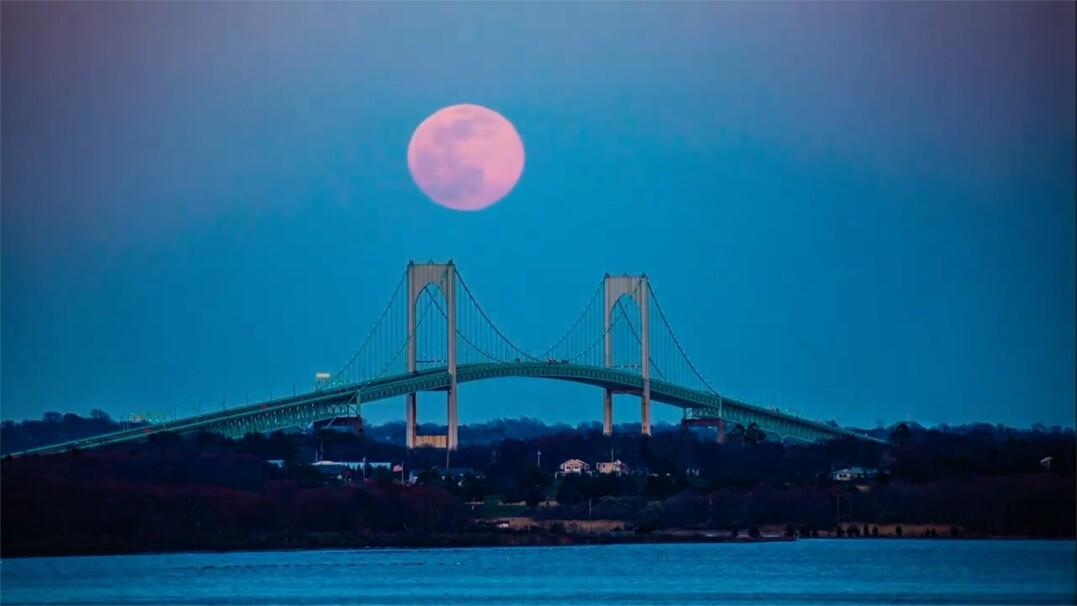 Różowy księżyc. Zobacz niezwykły timelapse