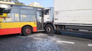 Autobus zderzył się z ciężarówką na Bródnie