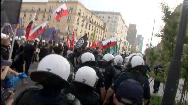 Marsz narodowców zablokowany przez antyfaszystów TVN24