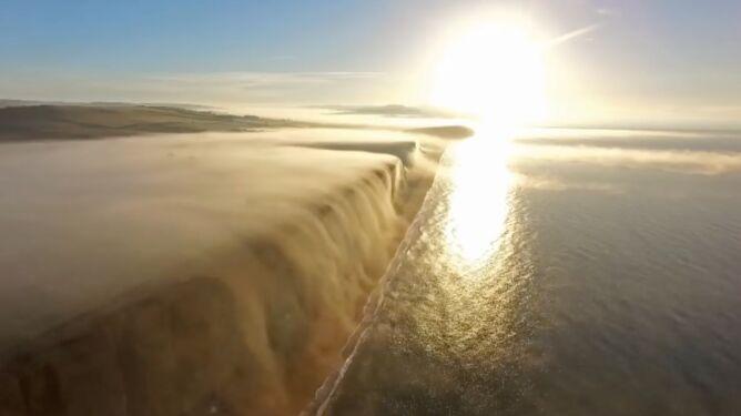Wodospad mgły spływający z klifu