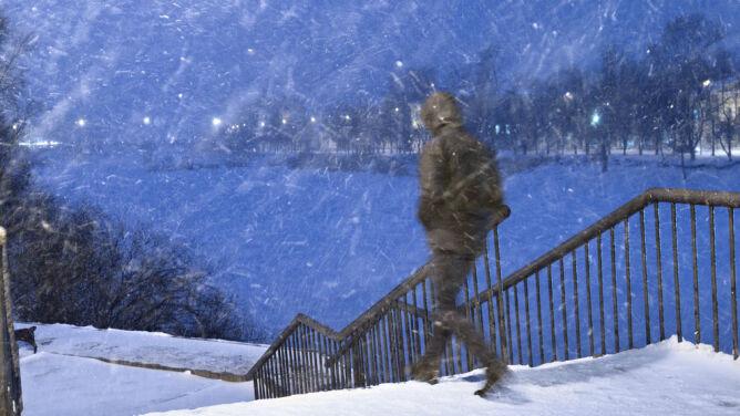 Intensywne opady śniegu. Rządowe Centrum Bezpieczeństwa: zachowajcie ostrożność!
