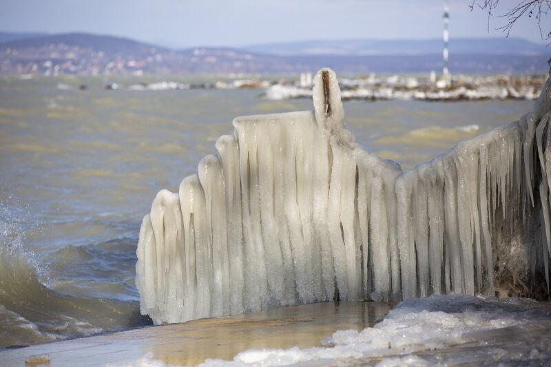 Brzegi Balatonu pokryte lodem (PAP/EPA/GYORGY VARGA)