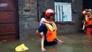 Co najmniej 33 ofiary śmiertelne powodzi w Chinach. Ewakuowano ponad 370 tysięcy osób